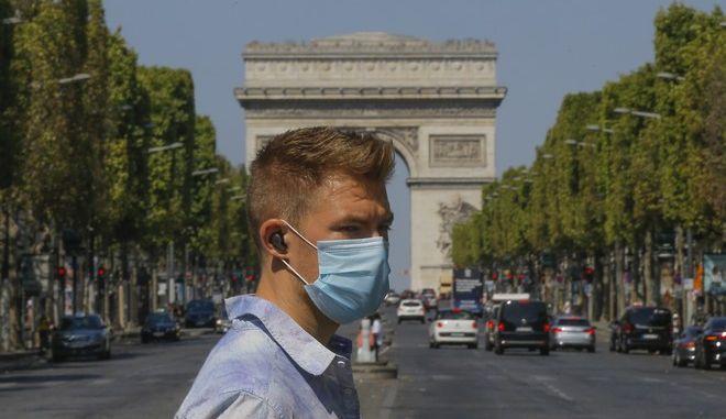 Άνδρας φοράει μάσκα στο Παρίσι
