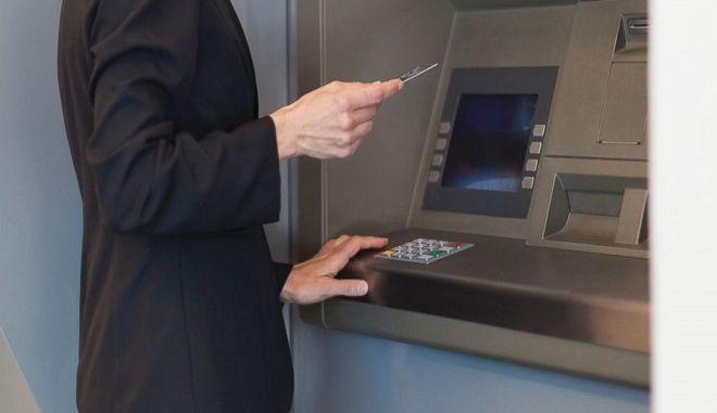 Τα 'αστρονομικά' ποσά που κερδίζουν οι τράπεζες από τα τέλη υπερανάληψης