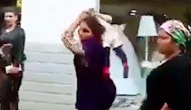 Βίντεο: Γυναίκα χρησιμοποιεί μικρό παιδί ως όπλο και χτυπάει άνδρα