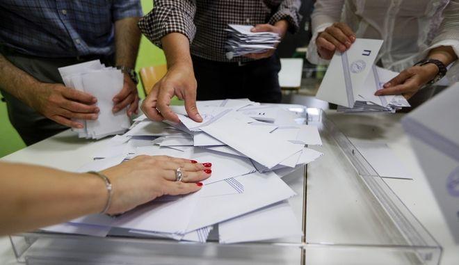 Άνοιγμα κάλπης σε εκλογικό τμήμα του Παλαιού Φαλήρου