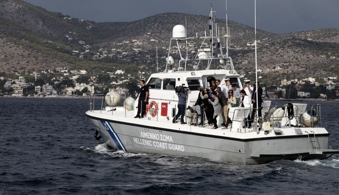"""Επίσκεψη του προέδρου της Νέας Δημοκρατίας Κυριάκου Μητσοτάκη στη Σαλαμίνα και στην θαλάσσια περιοχή όπου έγινε το ναυάγιο του πλοίου """"Αγία Ζώνη 2"""", το Σάββατο 30 Σεπτεμβρίου 2017. Ο πρόεδρος της ΝΔ συναντήθηκε με εκπροσώπους της Τοπικής Αυτοδιοίκησης και φορέων της Σαλαμίνας, προκειμένου να ενημερωθεί για τα προβλήματα που αντιμετωπίζουν εξαιτίας της οικολογικής καταστροφής που προκάλεσε η πετρελαιοκηλίδα. (EUROKINISSI/ΓΙΑΝΝΗΣ ΠΑΝΑΓΟΠΟΥΛΟΣ)"""
