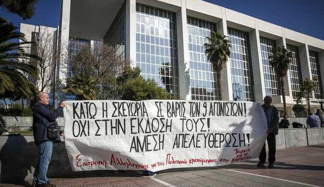 Δίκη δύο εκ των εννέα συλληφθέντων Κούρδων και Τούρκων στο Εφετείο Αθηνών την Τρίτη 30 Ιανουαρίου 2018. Οι 9 Τούρκοι και Κούρδοι συνελήφθησαν στις 28 Νοεμβρίου 2017, παραμονές της επίσκεψης Ερντογάν στην Αθήνα. Μετά τις συλλήψεις σε τρία σπίτια στον Νέο Κόσμο και στην Καλλιθέα, σχηματίστηκε δικογραφία εναντίον των 9 ατόμων ως ύποπτων για συμμετοχή στην αριστερή τουρκική οργάνωση DHKP-C. (EUROKINISSI/ΣΤΕΛΙΟΣ ΜΙΣΙΝΑΣ)