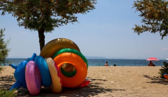 Κόσμος σε παραλία του Παλαιού Φαλήρου (EUROKINISSI/ΓΙΩΡΓΣΟ ΣΤΕΡΓΙΟΠΟΥΛΟΣ)
