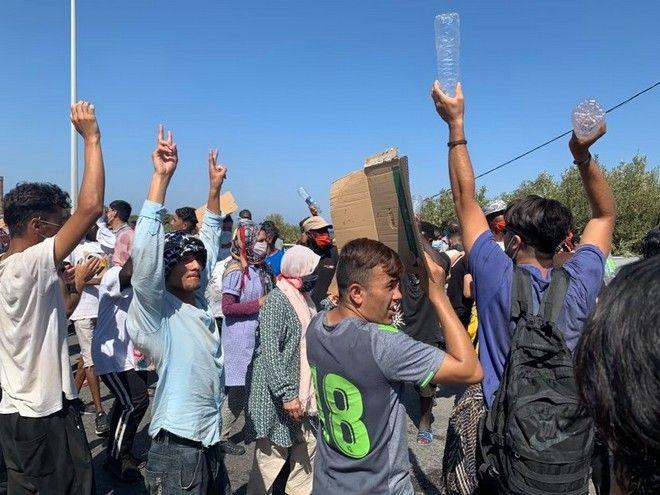 Διαμαρτυρία προσφύγων και μεταναστών στη Λέσβο - Φωνάζουν