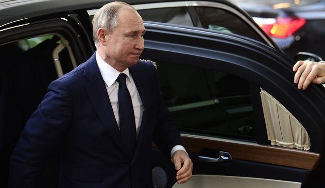 Ο Ρώσος πρόεδρος Βλαντιμίρ Πούτιν φτάνει για διάσκεψη για τη Λιβύη στην καγκελαρία του Βερολίνου της Γερμανίας την Κυριακή 19 Ιανουαρίου 2020.
