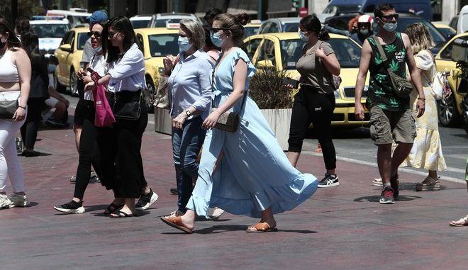 Πολίτες με μάσκες στην Αθήνα.
