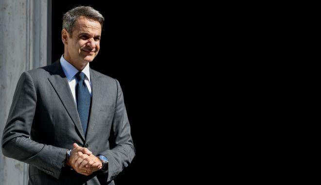 Ο πρωθυπουργός Κυριάκος Μητσοτάκης στην είσοδο του Μεγάρου Μαξίμου (Φωτογραφία αρχείου)