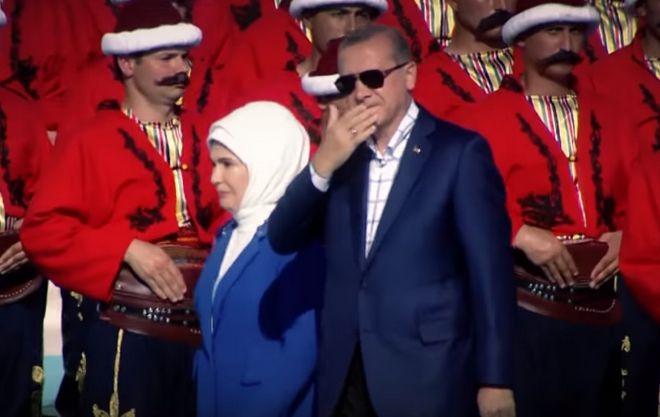 Νέος ύμνος του Ερντογάν με τσιφτετέλι beat και εθνικιστικό ντελίριο