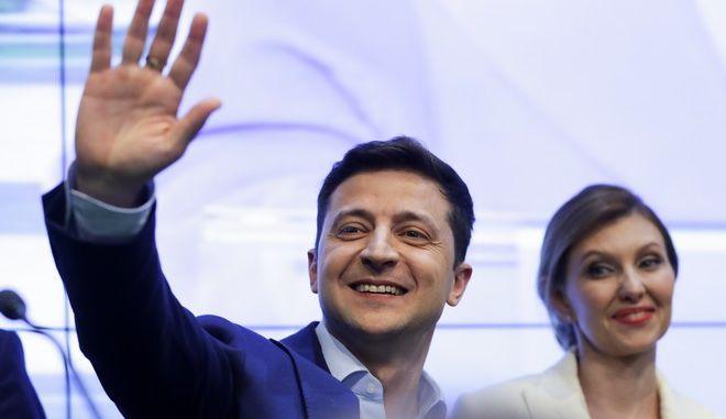 O Βολοντιμίρ Ζελένσκι με την σύζυγό του γιορτάζει τη νίκη του στις προεδρικές εκλογές της Ουκρανίας