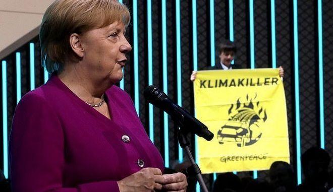 Γερμανία: Ακτιβιστής προσπάθησε να πλησιάσει τη Μέρκελ σε έκθεση αυτοκινήτου