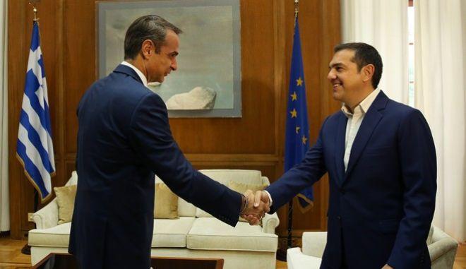 Ο πρωθυπουργός Κυριάκος Μητσοτάκης και ο Αλέξης Τσίπρας στο Μέγαρο Μαξίμου