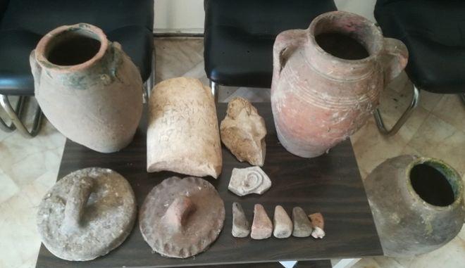Τα αντικείμενα που βρέθηκαν στο σπίτι του 77χρονου.
