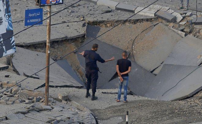Κατεστραμμένος δρόμος στη Γάζα απο ισραηλινή επιδρομή.