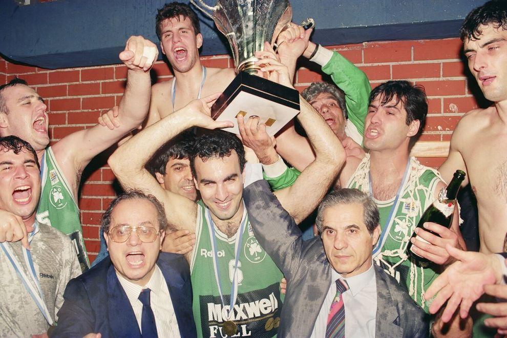 Πανηγύρι στο ΣΕΦ για το Κύπελλο του 1993. Ο Γκάλης με Θανάση και Παύλο Γιαννακόπουλο, Βράνκοβιτς, Παπαπέτρου (πατέρα του Ιωάννη), Αλβέρτη, τον φροντιστή Παναγιωταρά και τον Στέφανο Αρών, εμβληματικό οπαδό των