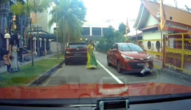 Η στιγμή που το αυτοκίνητο χτυπάει το μικρό αγόρι στη Σιγκαπούρη