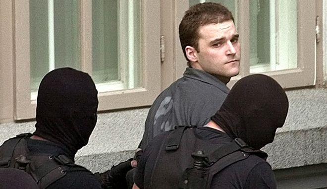 Ο Κώστας Πάσσαρης το 2002 συνοδεία Ρουμάνων αστυνομικών στα δικαστήρια του Βουκουρεστίου