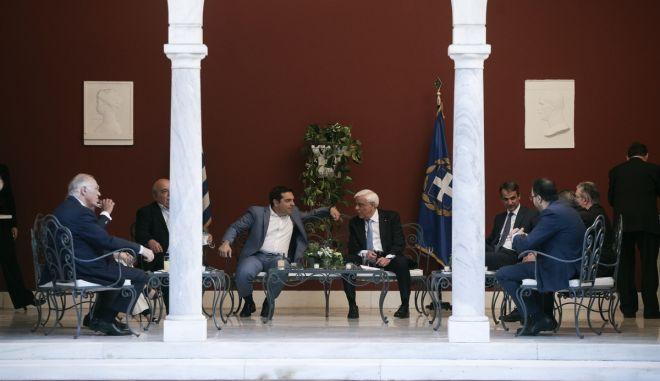 Προεδρικό Μέγαρο: Τα 'πηγαδάκια' και οι συζητήσεις πίσω από τις κάμερες