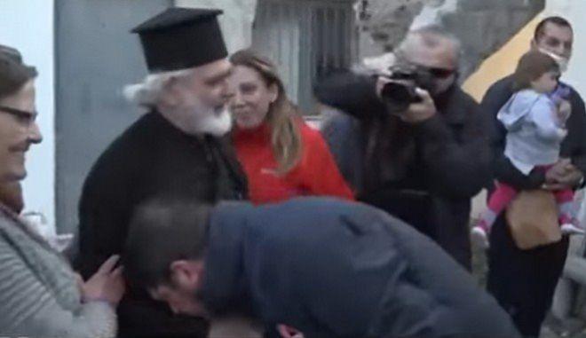 """Πατέρας Κωνσταντίνος: """"Ο κ. Χαρδαλιάς ασπάστηκε το χέρι μου - Θέλω να τον συγχαρώ"""""""