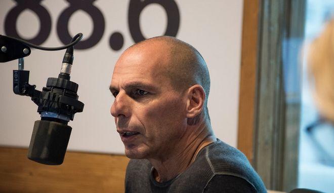 Ο Γιάνης Βαρουφάκης στο στούντιο του News 24/7