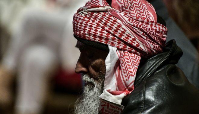 Ο πατέρας του Σαχζάτ Λουκμάν κατα την ακροαματική διαδικασία στη δίκη της Χρυσής Αυγής. Φωτό αρχείου.