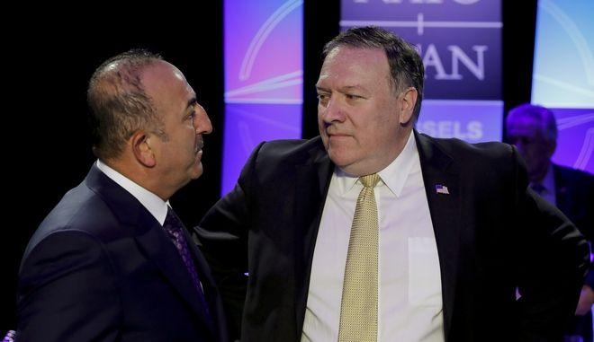 Ο υπουργός Εξωτερικών των ΗΠΑ Μάικ Πομπέο με τον Τούρκο ομόλογό του Μεβλούτ Τσαβούσογλου