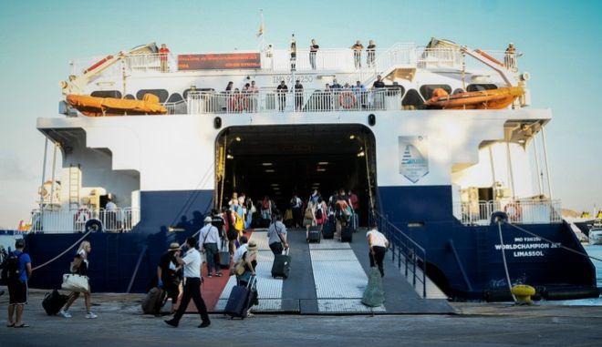 Στυγμιότυπo από το λιμάνι του Πειραιά
