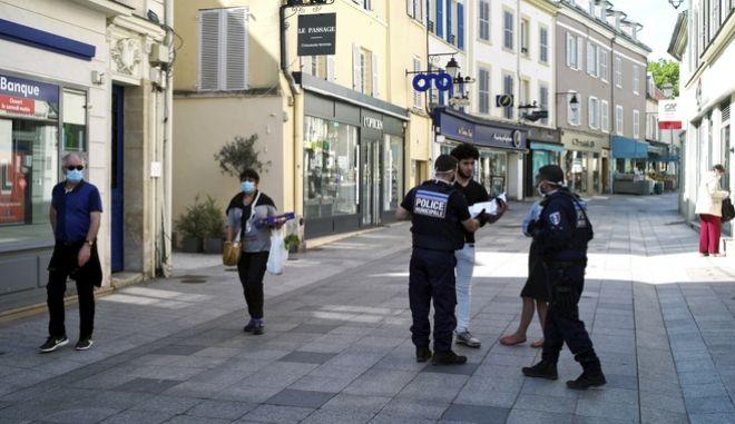Συγκρούσεις σημειώθηκαν το τελευταίο 48ωρο στη Γαλλία, ανάμεσα σε αστυνομικές δυνάμεις και κατοίκους ενός προαστίου στο Παρίσι, καθώς και στο Στρασβούργο, παρά το γενικευμένο lockdown. (AP Photo/Thibault Camus)