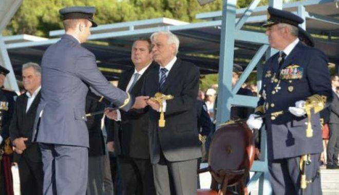 Τα ξίφη στους νέους και νέες Ανθυποσμηναγούς επέδωσε ο Πρόεδρος της Δημοκρατίας Προκόπης Παυλόπουλος