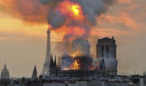 Στιγμιότυπο από την καταστροφική φωτιά στη Νοτρ Νταμ