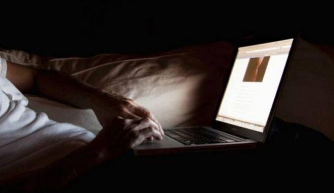 Κατέβαζε υλικό παιδικής πορνογραφίας από υπολογιστές καφετεριών