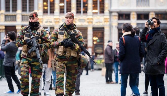 Τρόμος στις Βρυξέλλες λόγω ISIS: Κλειστό το μετρό, αναβάλλονται οι αγώνες, στρατός στους δρόμους