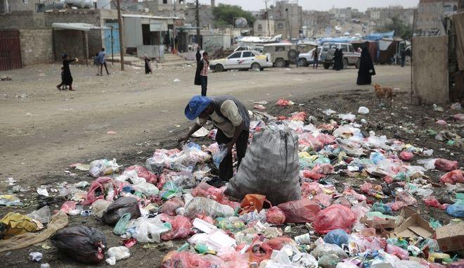 Ρακοσυλλέκτης σε δρόμο της Σαναά