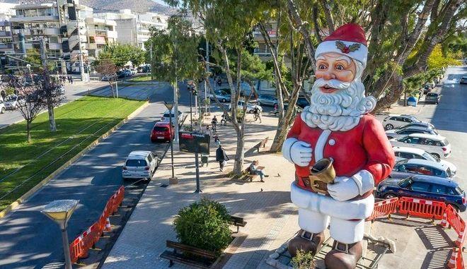 Χριστούγεννα: Άγιος Βασίλης ύψους 10 μέτρων στους δρόμους της Γλυφάδας