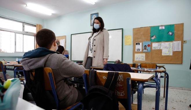 H υπουργός Παιδείας Νίκης Κεραμέως σε επίσκεψή της σε Γυμνάσιο στην περιοχή της Νέας Ιωνίας