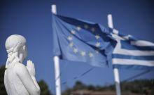 Οι σημαίες της Ελλάδας και της Ευρωπαϊκής Ένωσης