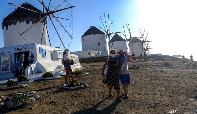 Τουρίστες με μάσκες στο νησί της Μυκόνου