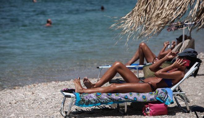 Κόσμος στην παραλία του Αλίμου (Φωτογραφία αρχείου)