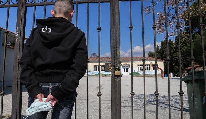Κλειστό σχολείο στην πόλη της Λάρισας για να περιοριστεί ο κορονοϊός.