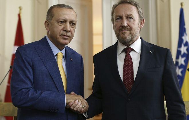 Ο τούρκος Πρόεδρος Ταγίπ Ερντογάμ (αριστερά) μαζί με τον Πρόεδρος του Κόμματος της Δημοκρατικής Δράσης Μπακίρ Ιζετμπέγκοβιτς (δεξιά)