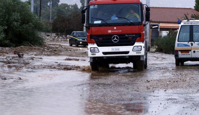Καταστροφές από τις πλημμύρες στην παλαιά Εθνική Οδό Ελευσίνας - Θήβας στη Νέα Πέραμο, την Πέμπτη 16 Νοεμβρίου 2017.  (EUROKINISSI/ΓΙΩΡΓΟΣ ΚΟΝΤΑΡΙΝΗΣ)