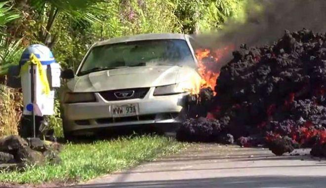 """Χαβάη: Η λάβα """"καταπίνει"""" αυτοκίνητο - Συγκλονιστικά καρέ από την ηφαιστειακή έκρηξη"""