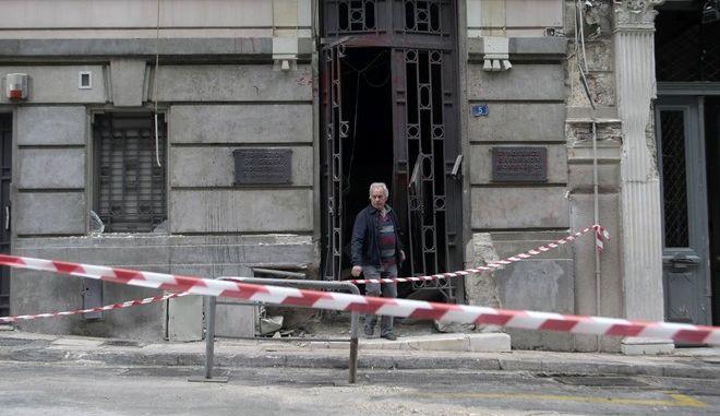 Η είσοδος στο κτήριο του Συνδέσμου Ελληνικών Βιομηχανιών(ΣΕΒ), στην οδό Ξενοφώντος στο Σύνταγμα την Τετάρτη 25 Νοεμβρίου 2015, μια ημέρα μετά την έκρηξη βόμβας που είχαν τοποθετήσει άγνωστοι. Στο σημείο που έγινε η έκρηξη, άνοιξε κρατήρας, ενώ έχει υποστεί μεγάλες ζημιές η πρόσοψη των γραφείων του ΣΕΒ. Παράλληλα, σοβαρές υλικές ζημιές έχουν προκληθεί στην πρεσβεία της Κύπρου που βρίσκεται ακριβώς απέναντι, καθώς και σε ξενοδοχείο από την πλευρά της οδού Ξενοφώντος. (EUROKINISSI/ΣΤΕΛΙΟΣ ΣΤΕΦΑΝΟΥ)