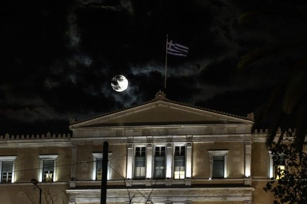 The 'super moon' rises over the Hellenic Parliament in Athens on November 14, 2016. /  ''       ,  ,  14 , 2016