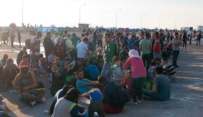 Πρόσφυγες και μετανάστες στο λιμάνι της Μυτιλήνης (φωτογραφία αρχείου)