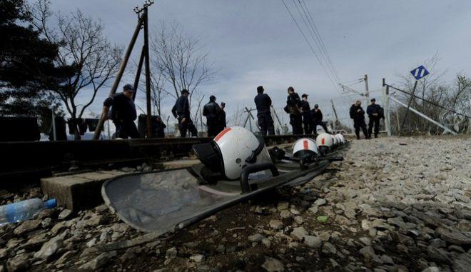Μάχη με την λάσπη δίνουν οι πρόσφυγες στον καταυλισμό της Ειδομένης την Τρίτη 8 μαρτίου 2016, μετά την καταγίδα το απόγευμα της Δευτέρας. (EUROKINISSI/ΤΑΤΙΑΝΑ ΜΠΟΛΑΡΗ)