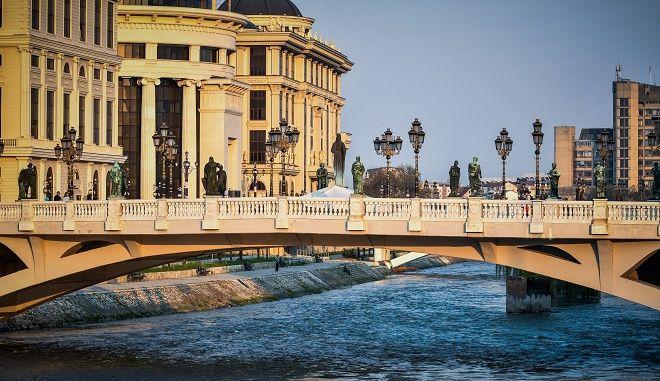 Βόλτα στην παλιά και την νέα πόλη των Σκοπίων στην Βόρεια Μακεδονία. Στην μια πλευρά της γέφυρας στον Μουσουλμανικό τομέα και στην άλλη την πιο Ευρωπαϊκή.