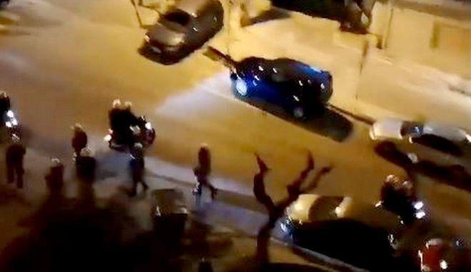 Αστυνομικός διακρίνεται να κρατά ένα αντικείμενο που μοιάζει με όπλο