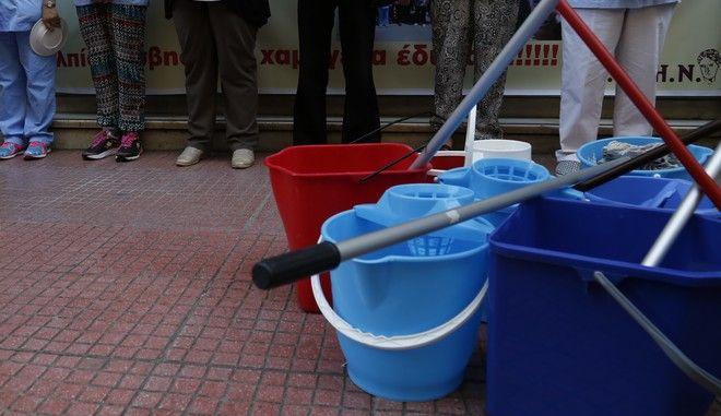 Κύμα αλληλεγγύης για την καθαρίστρια