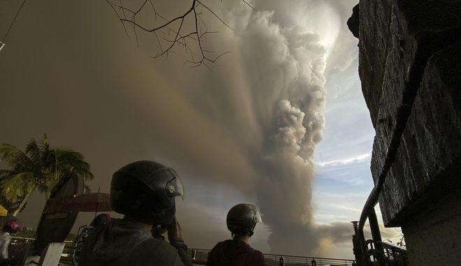 Έτοιμο να εκραγεί το ηφαίστειο Ταάλ