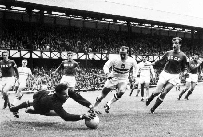 Ο Λεβ Γιασίν μπλοκάρει τη μπάλα στον προημιτελικό του Μουντιάλ της Αγγλίας, με αντίπαλο την Ουγγαρία (23/7/1966).